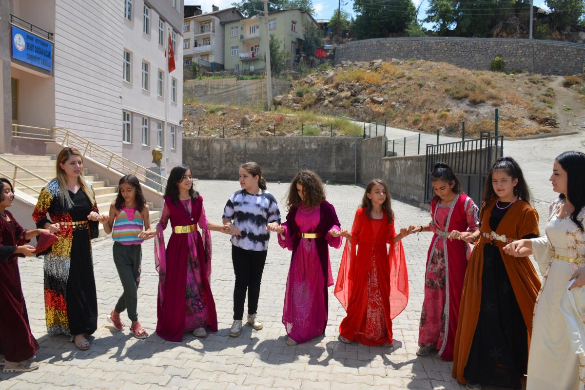 Şırnak'ta öğretmenler yöresel kıyafetli ders işliyor