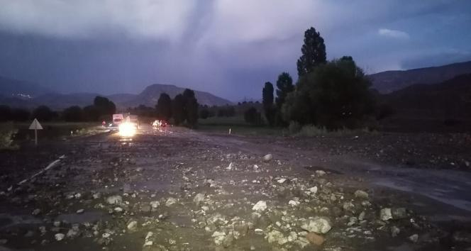 Sağanak yağış sele neden oldu, karayolu ulaşıma kapandı
