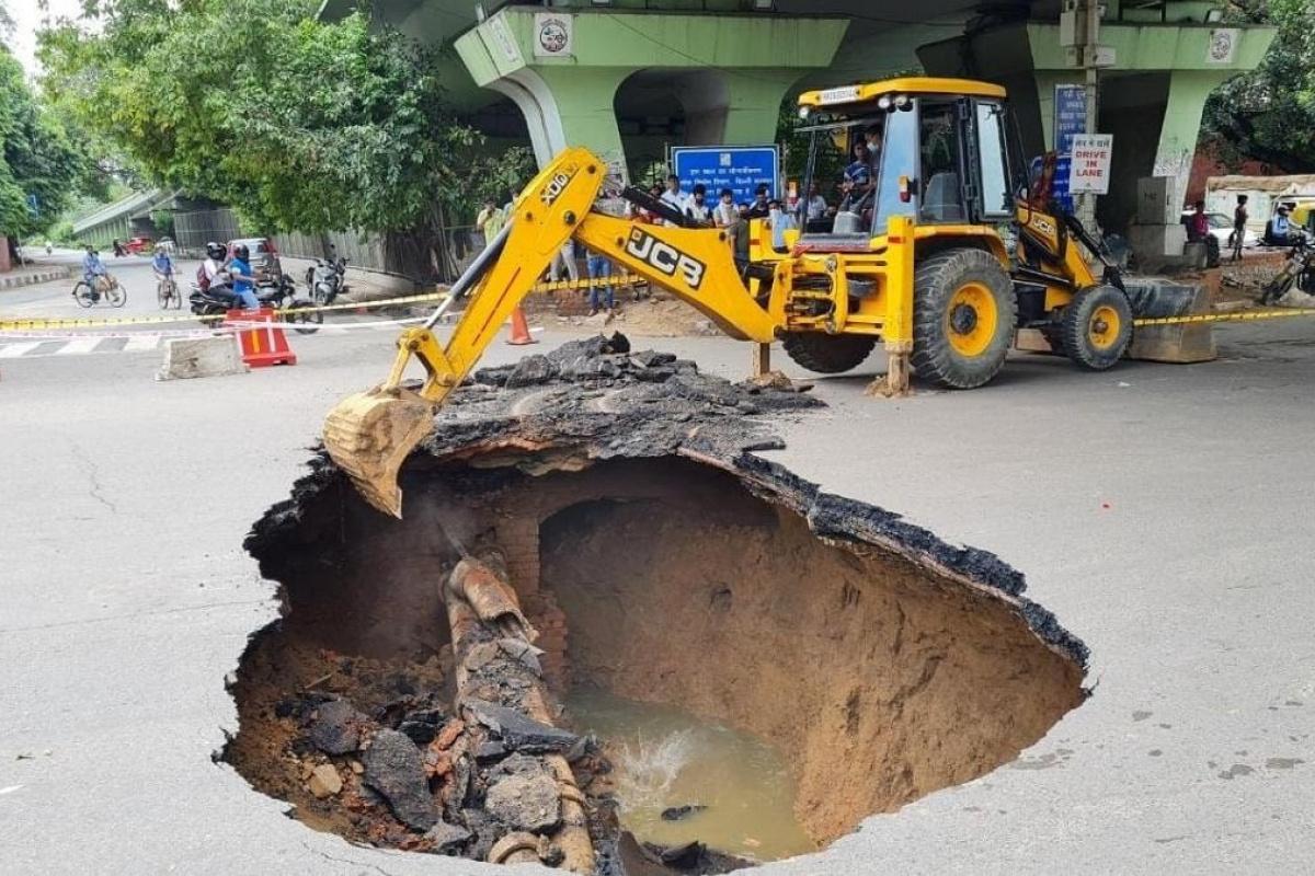 Hindistan'da yol ortasında oluşan dev düden korkuttu