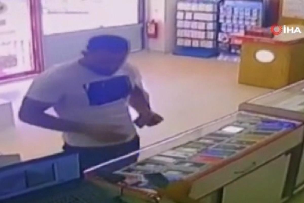 Arnavutköy'de çaldığı telefonu satmaya çalışan hırsız yakalandı