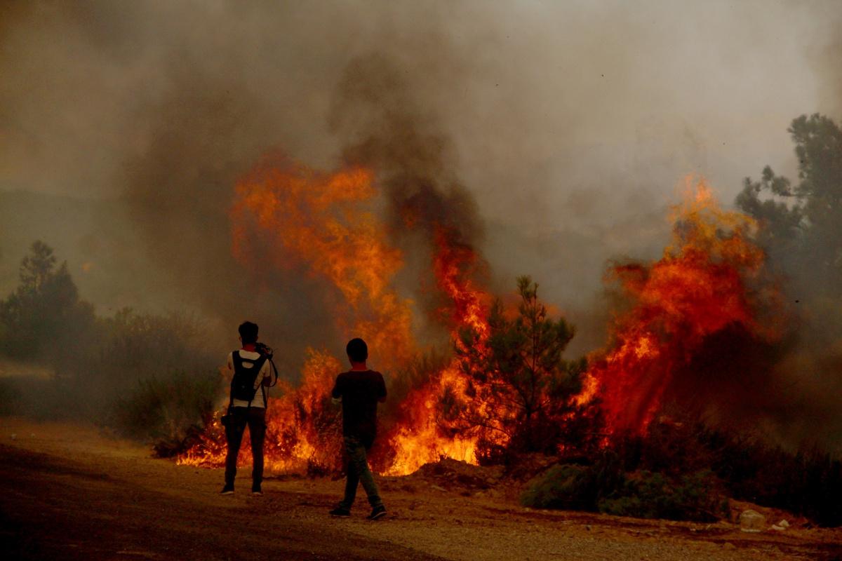İtfaiye erleri Manavgat'ta alevleri söndürmeye çalışırken büyük tehlike atlattı