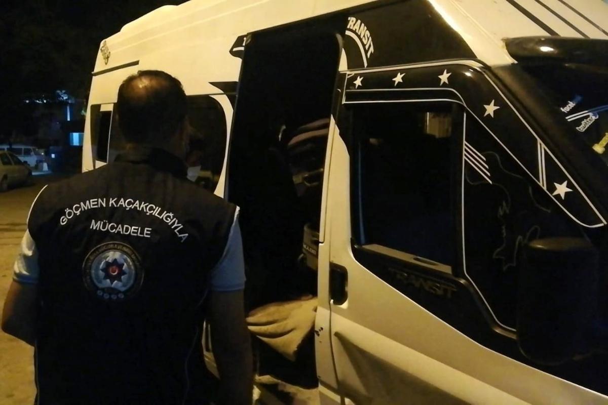 Osmaniye'de 14 kişilik minibüsten 20'si kaçak 28 mülteci çıktı