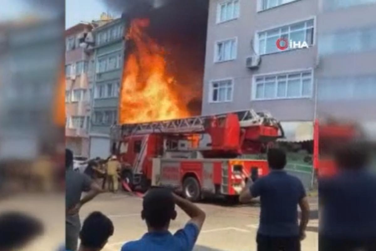 Fatih'te korkutan yangın, alevler binayı sardı
