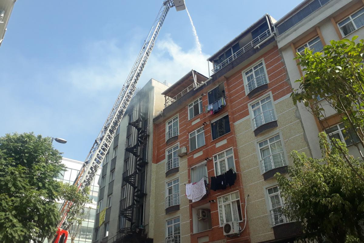 Bahçelievler'de çatı katında çıkan yangın mahalleliyi sokağa döktü