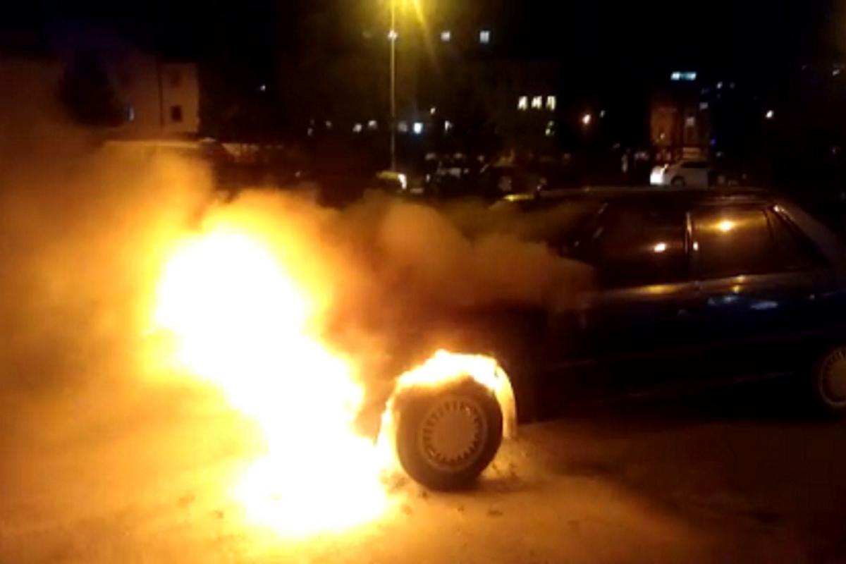 Otomobil alev alev yandı, o anlar kameraya yansıdı