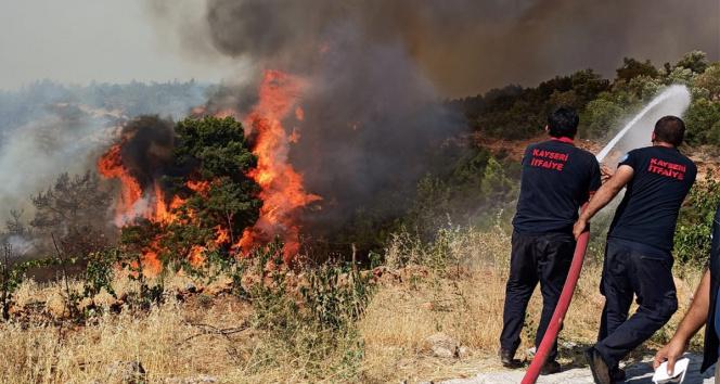 Kayseri İtfaiyesi yangın bölgesinde çalışmalarını sürdürüyor