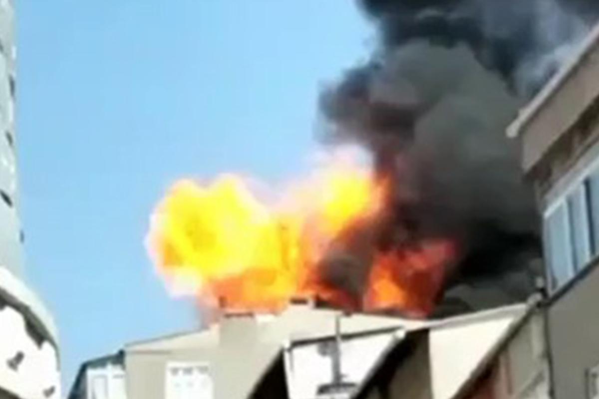 Küçükçekmece'de binanın çatı katında çıkan yangında patlama
