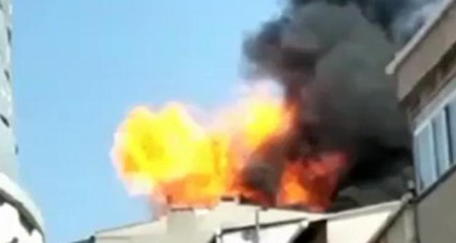 Küçükçekmecede binanın çatı katında çıkan yangında patlama