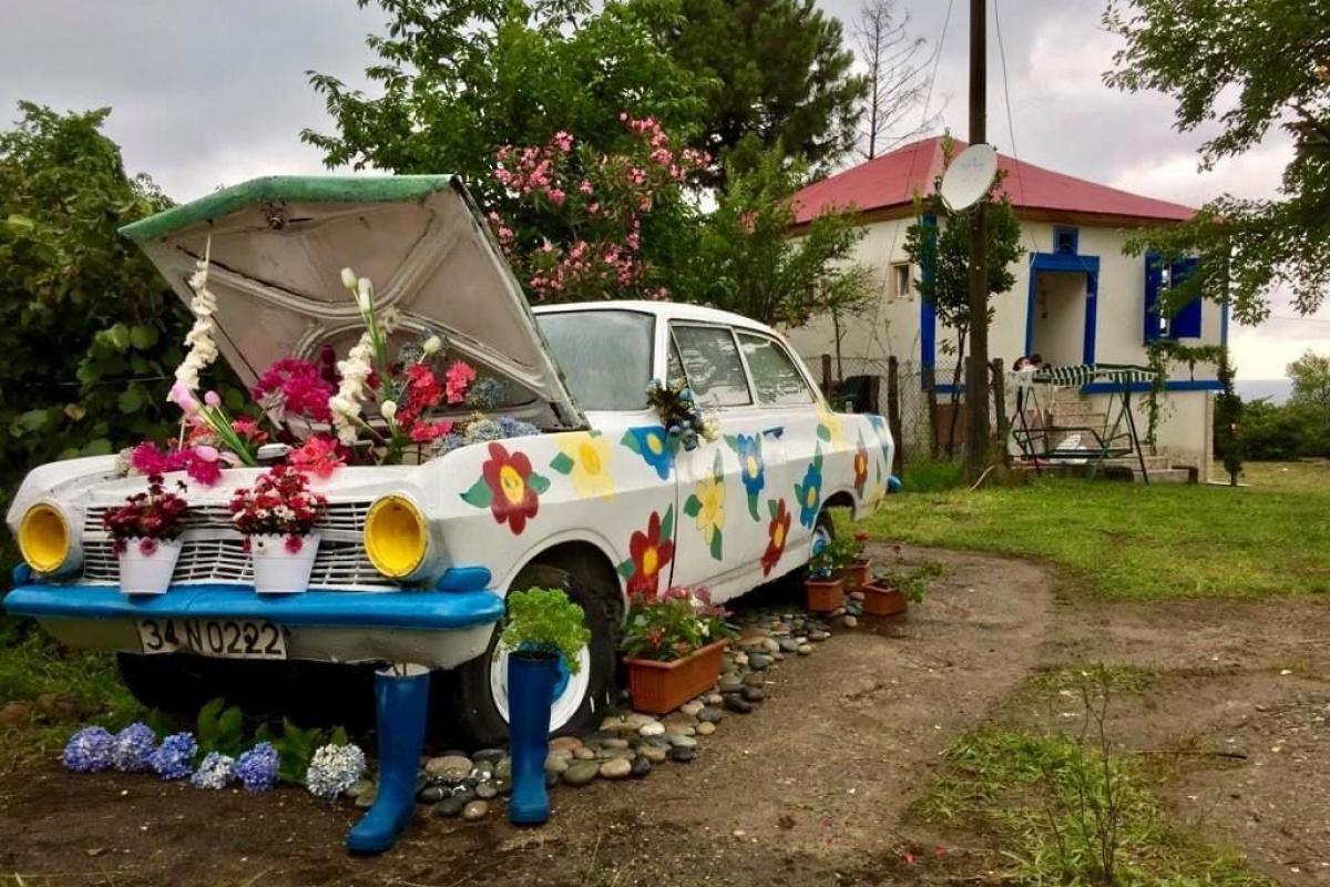 1964 model otomobil çiçekleri ve renkli boyasıyla ilgi odağı oldu