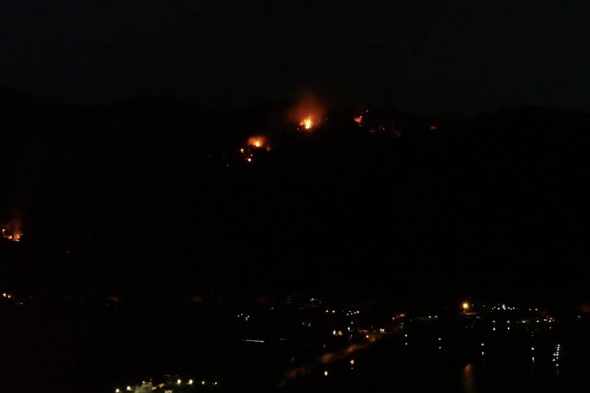 Marmaris'te gece devam eden yangın havadan görüntülendi