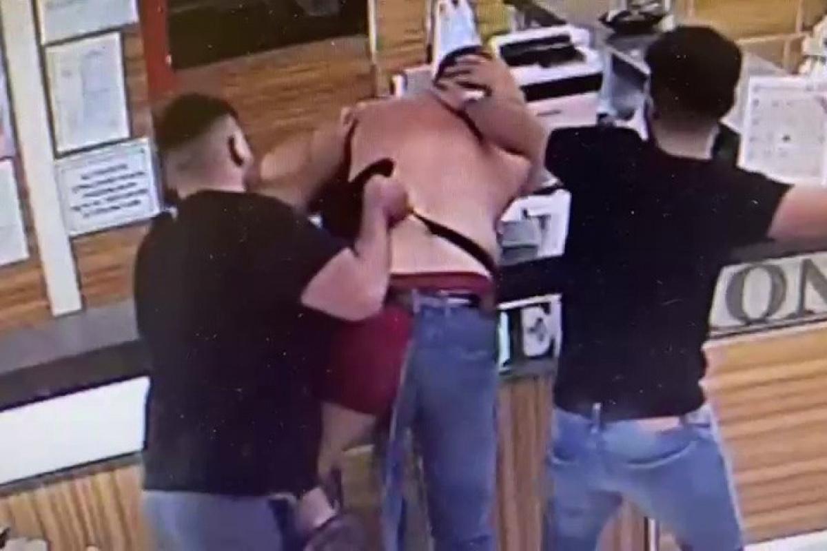 Esenyurt'ta 5 kişi bir adamı sokak ortasında tekme tokat dövdü