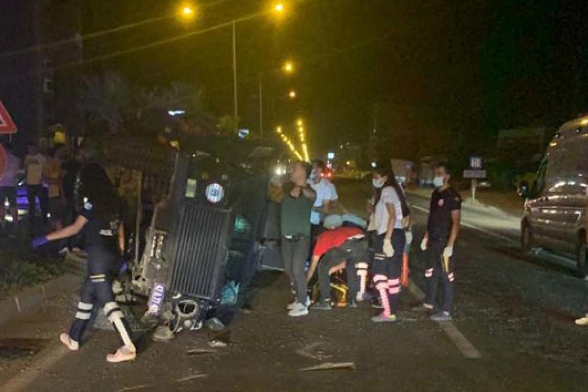 Zırhlı polis aracı köpeğe çarpmamak için manevra yaptı, 2'si polis 3 yaralı