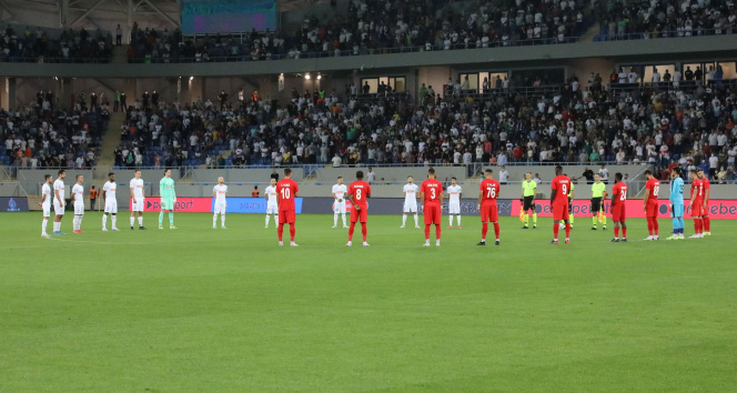 Dinamo Batumi-Sivasspor maçı öncesi yangınlarda hayatını kaybedenler için saygı duruşu