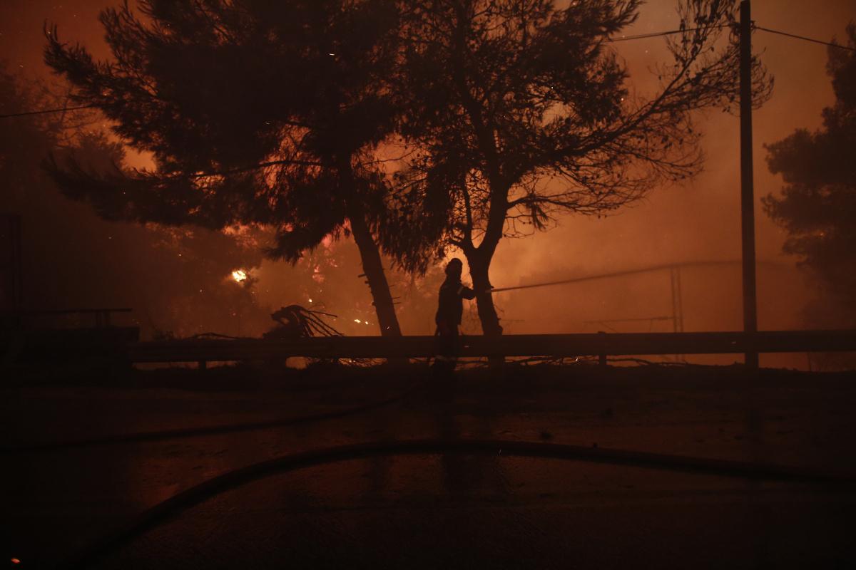 Atina'nın kuzeyindeki orman yangınları rüzgarın etkisi ile yeniden alevlendi