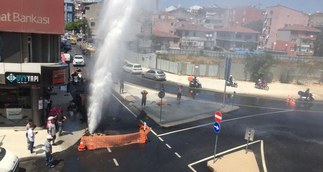 İSKİnin çalışmasında su borusu patladı, metrelerce yükseğe su fışkırdı