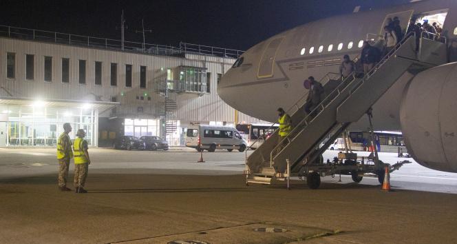Afganistandan kalkan ilk tahliye uçağı İngiltereye ulaştı