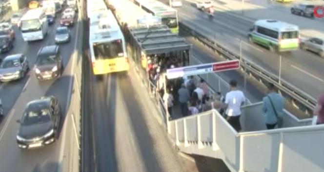 Metrobüs bozuldu, duraklarda yoğunluk oluştu