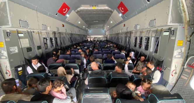 Afganistandan tahliye edilen 273 kişi tahliye uçağıyla yurda getirildi