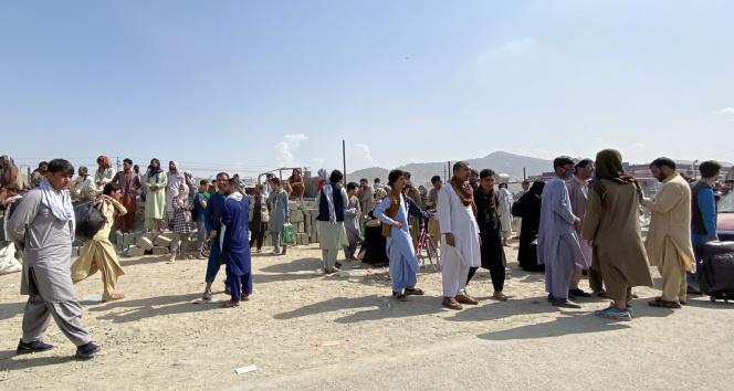 Afgan halkının Kabil Havalimanındaki bekleyişi sürüyor