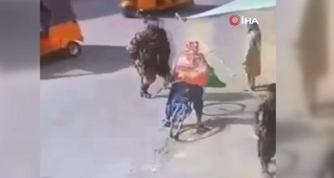 Talibanın Afganistan bayrağı taşıyanlara müdahalesi kamerada