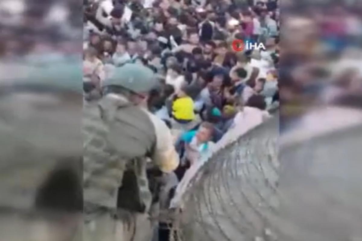 Azerbaycan askerleri Afgan çocuklara kucak açtı