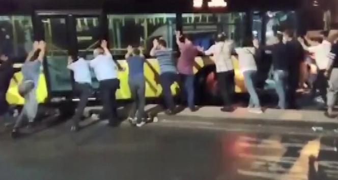 Üsküdarda refüjde asılı kalan İETT otobüsünü vatandaşlar kurtarmaya çalıştı