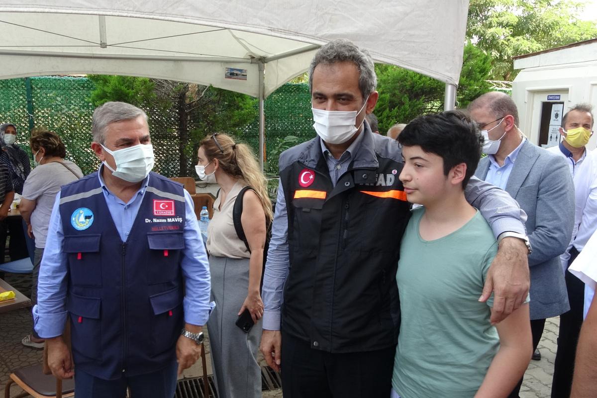 Bakan Özer'den sel mağduru çocuklara ve öğretmenlere tablet sözü