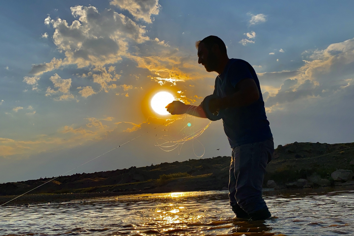 Murat Nehri'nde gün batımında balık avı