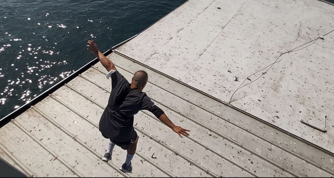 Çılgın genç Galata Köprüsünden geminin üstüne atladı