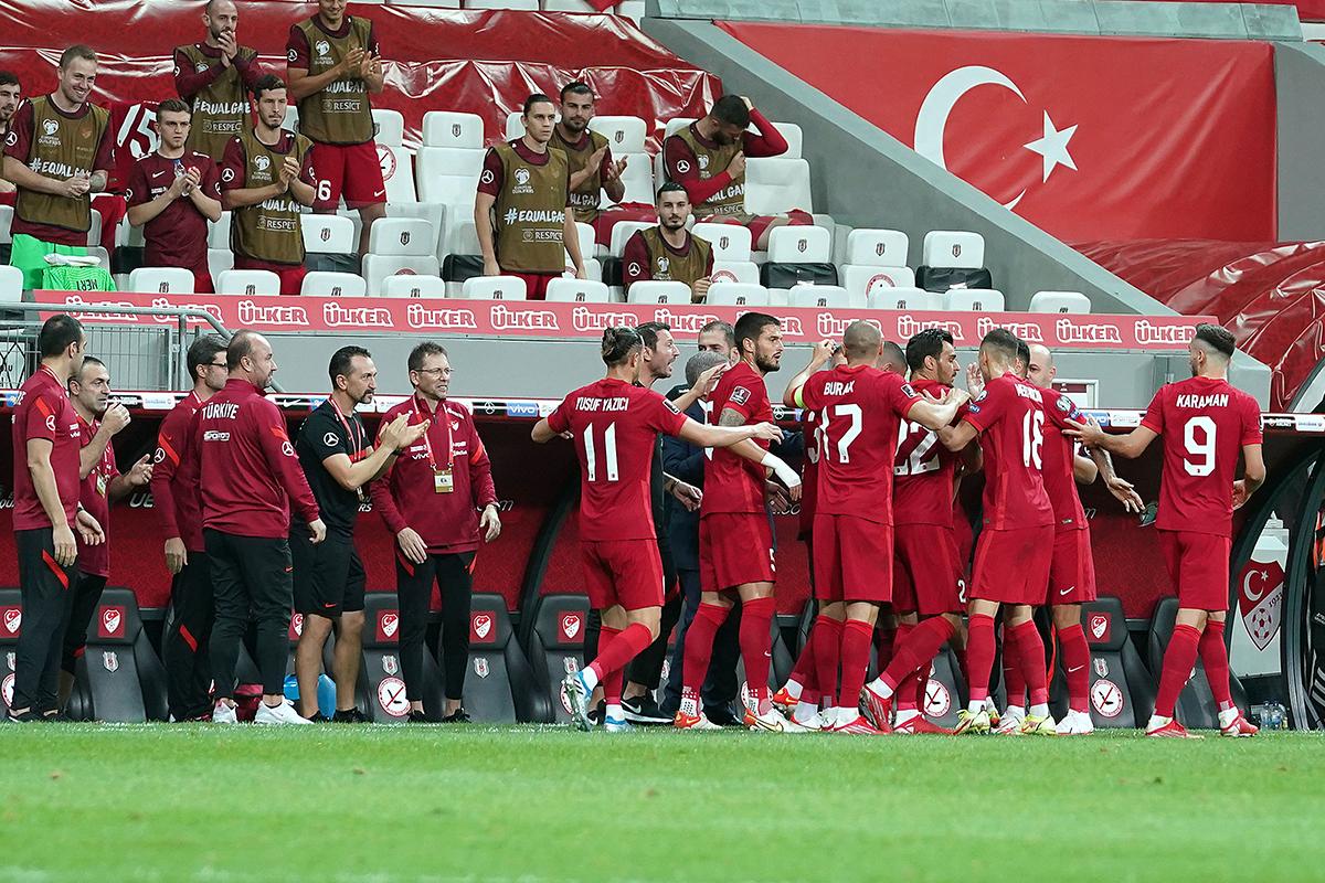 Milliler gol sevincini Şenol Güneş ile paylaştı