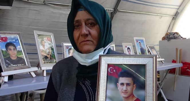 Evlat nöbetindeki gözü yaşlı anne, oğluna Türkçe ve Kürtçe teslim ol çağrısında bulundu