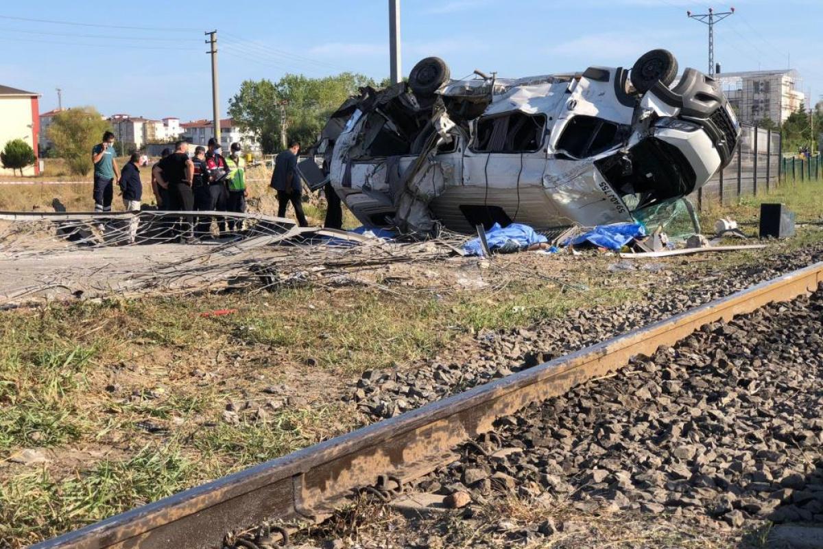 Tekirdağ'da hemzemin geçitte yük treni işçi servisine çarptı: 6 ölü