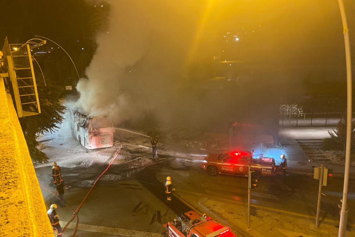 Aydınlatma direğine çarpan yolcu otobüsünün yangın anı görüntüsü
