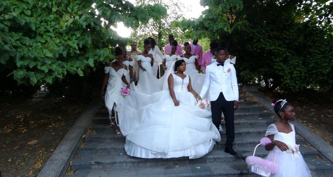 Düğün fotoğraflarını Taksimde çektiren Kongolu çift vatandaşların ilgi odağı oldu