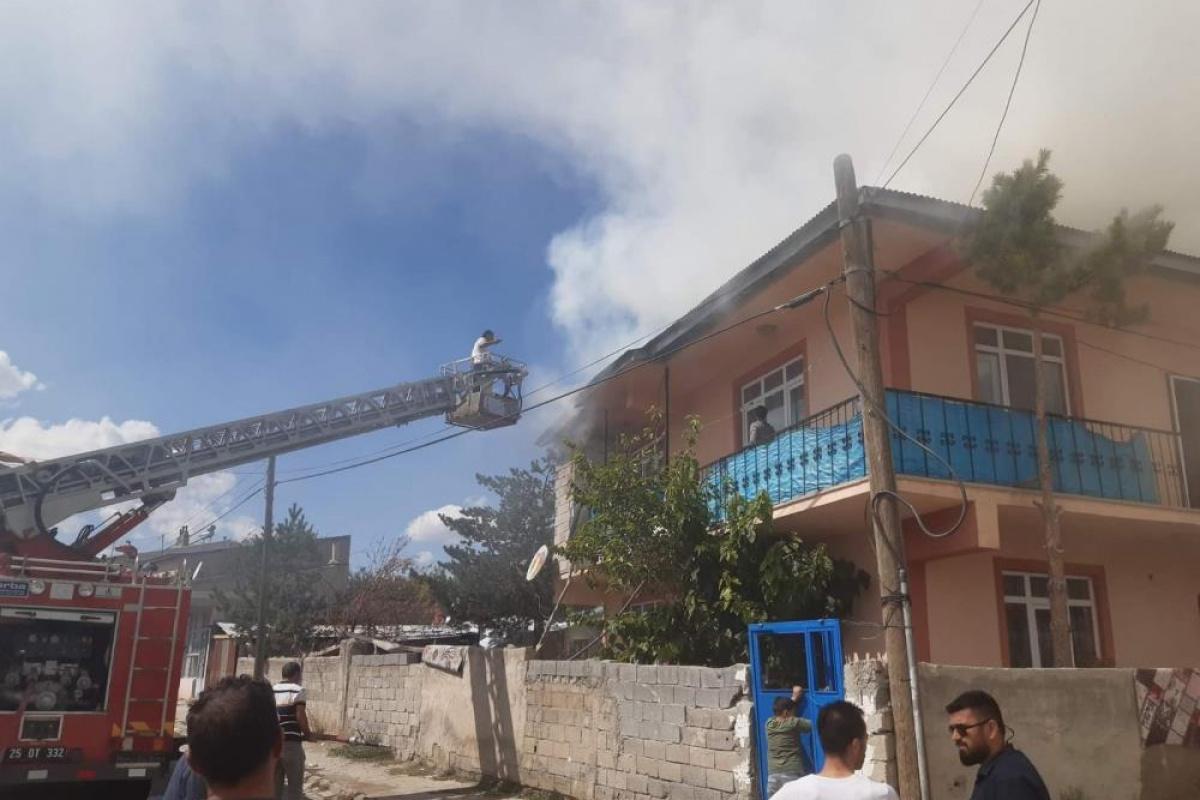 Evin çatısında çıkan yangın paniğe neden oldu