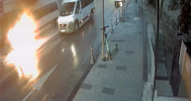 Ümraniyede korkutan yangın: Servis minibüsü alev alev yandı
