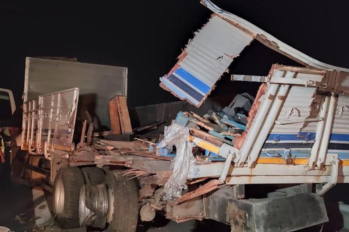 Tır, çelik kaplı yüklü kamyona arkadan çarptı: 1 sürücü yaralandı