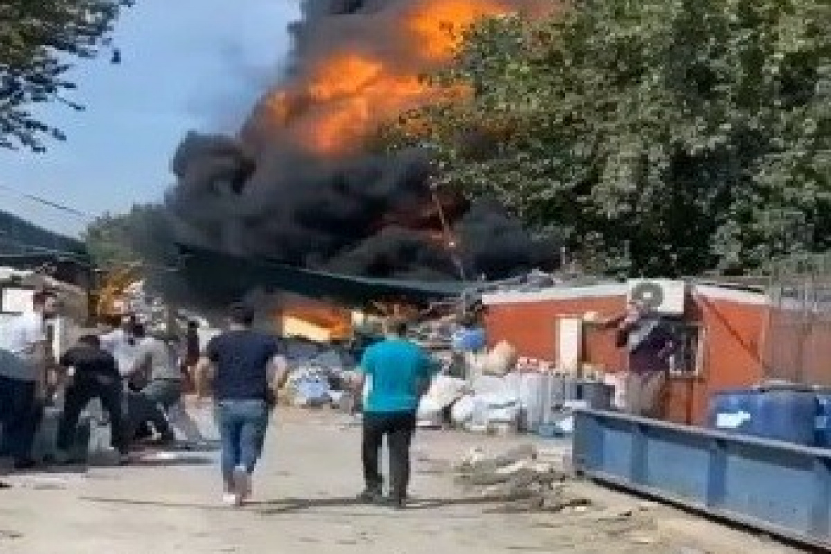 Bursa'da geri dönüşüm tesisinde yangın...Dumanlar gökyüzünü siyaha boyadı