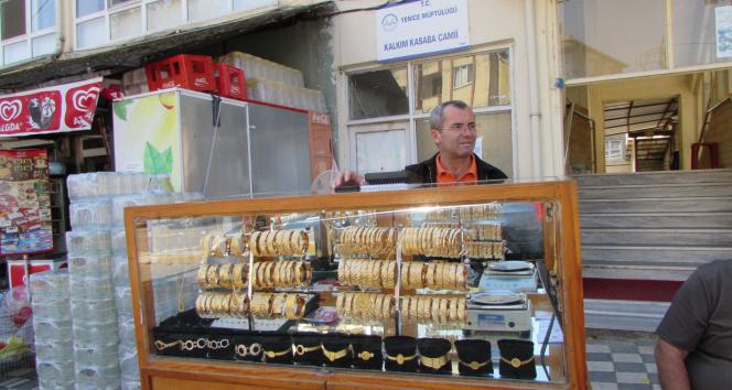 Simit satar gibi altın bilezik satıyor...40 yıllık seyyar kuyumcu görenleri şaşırtıyor