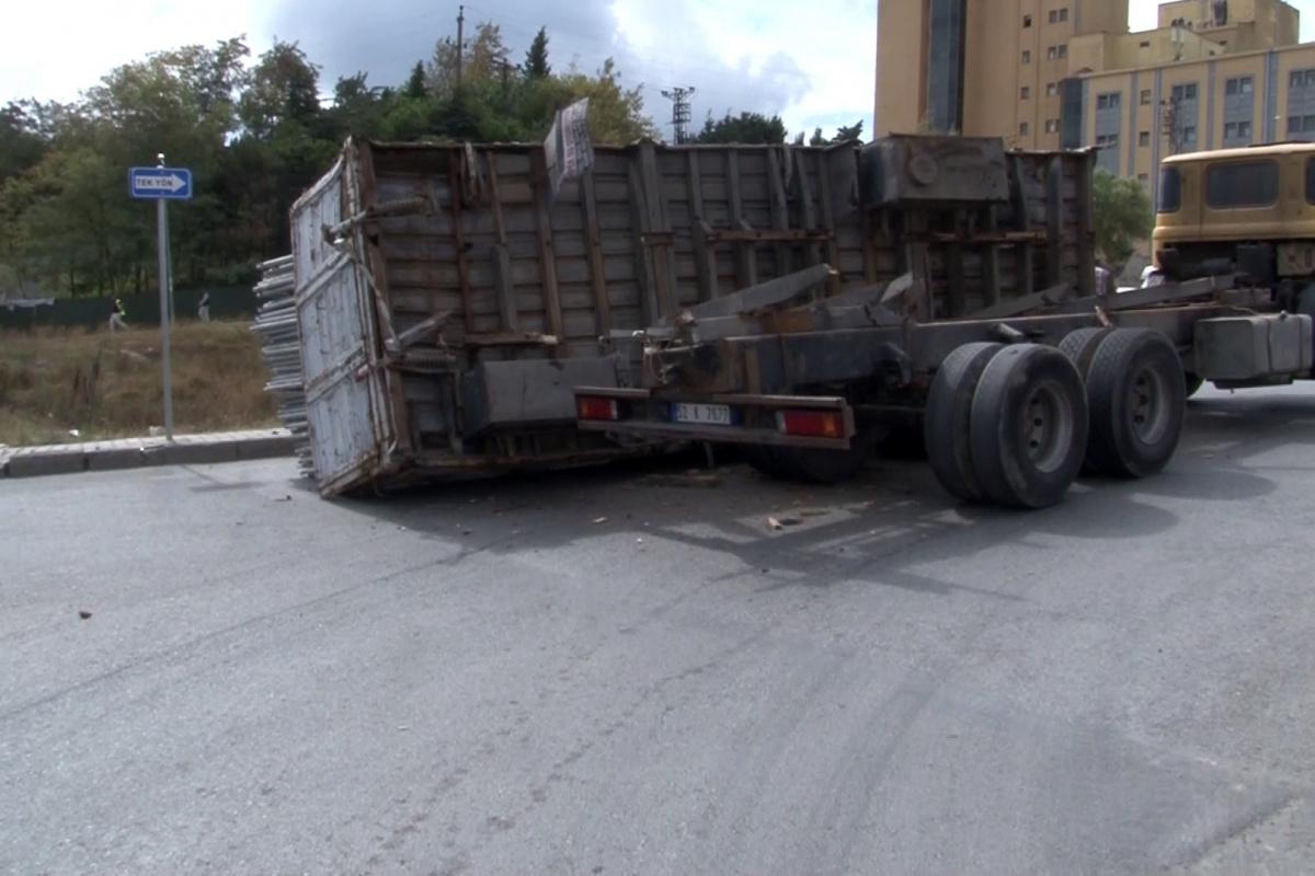 Arnavutköy'de demir yüklü kamyonun kasası devrildi, faciadan dönüldü