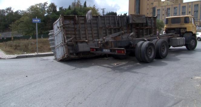 Arnavutköyde demir yüklü kamyonun kasası devrildi, faciadan dönüldü