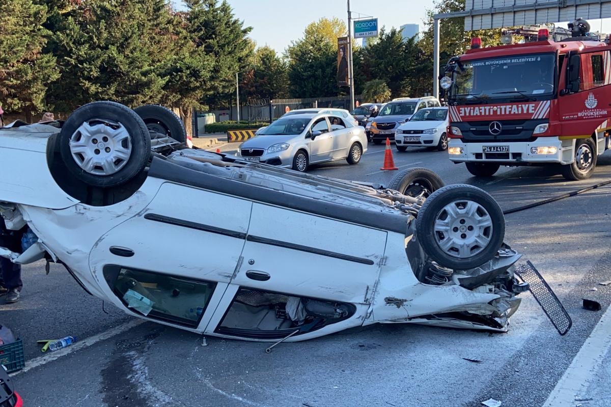 Maslak'ta servis aracına çarpan otomobil takla attı: 2 yaralı
