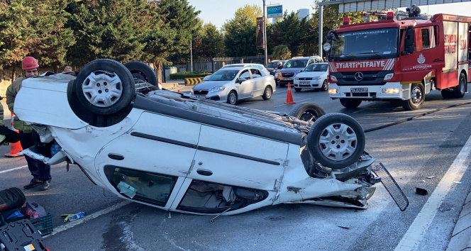 Maslakta servis aracına çarpan otomobil takla attı: 2 yaralı