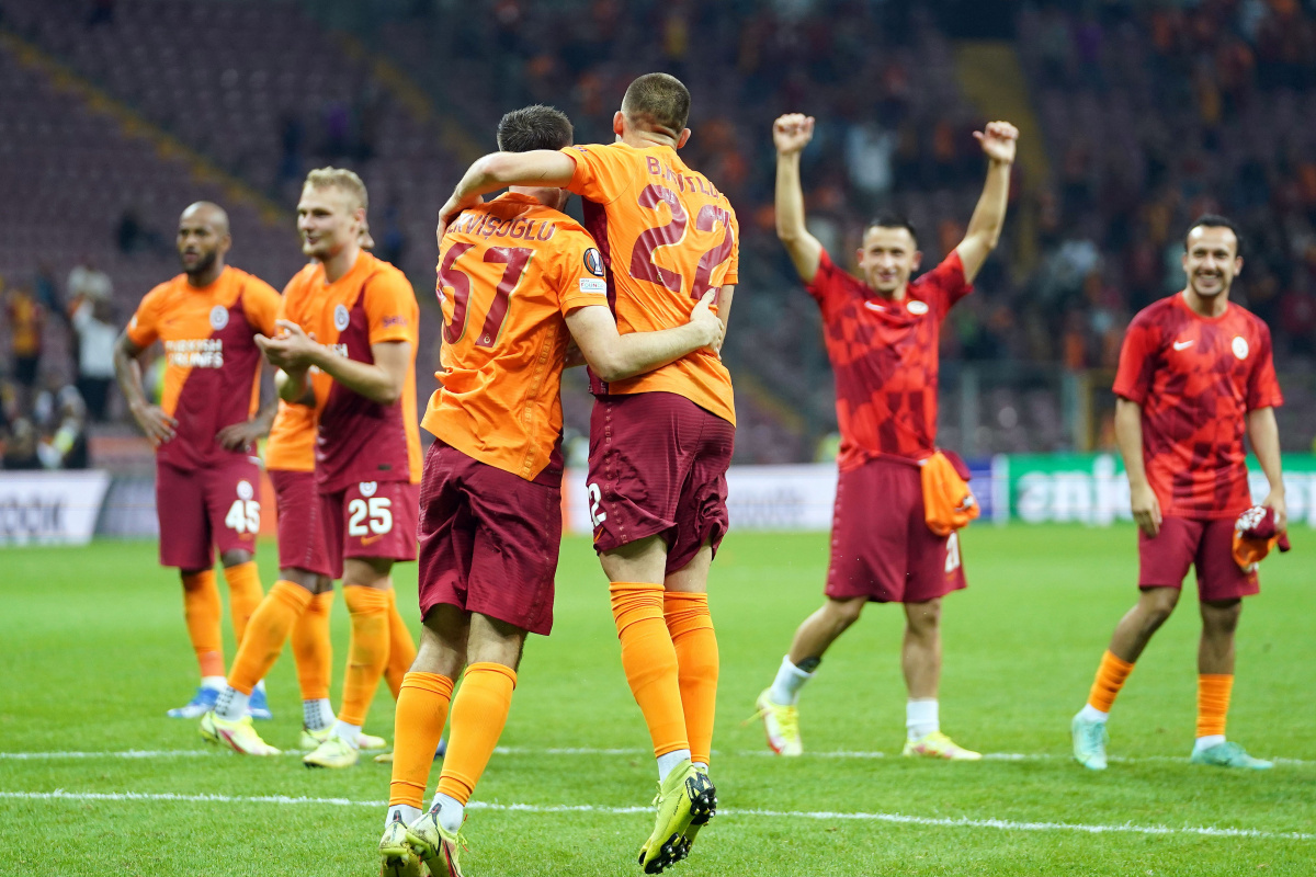 Galatasaraylı futbolcular galibiyeti taraftarlarla kutladılar