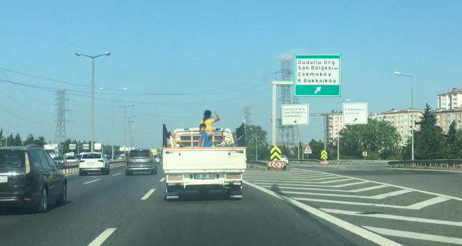 TEMde kamyonet kasasındaki çocukların tehlikeli yolculuğu