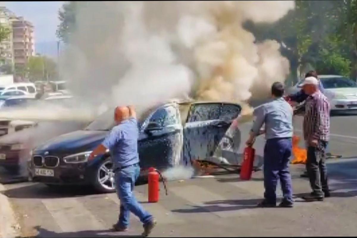 Alev alan otomobil vatandaşların yardımıyla söndürüldü