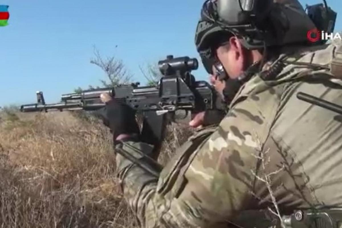 Azerbaycan'da 'Üç Kardeş 2021' tatbikatında askerler düşman hattına sızarak hedefleri yok etti
