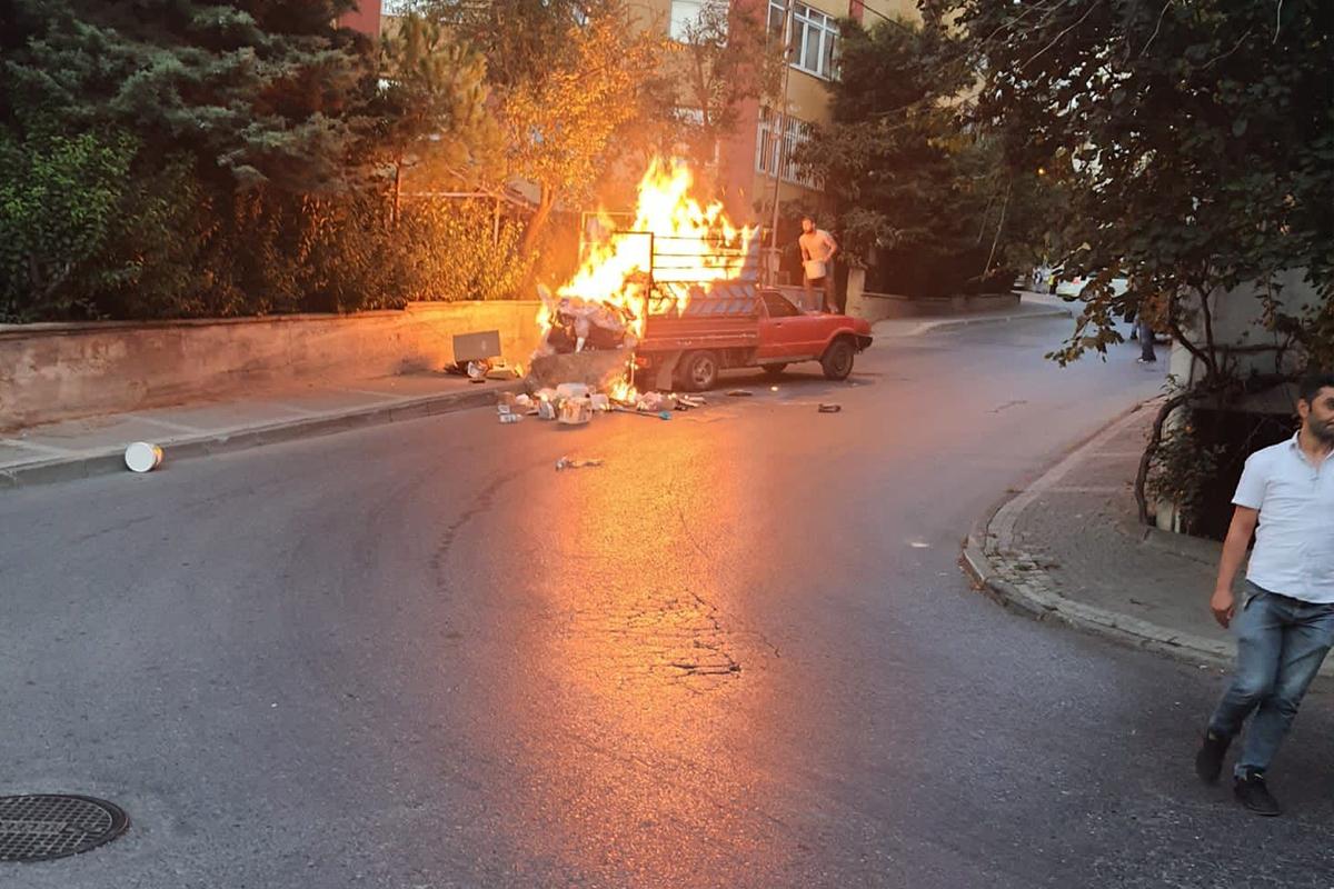 Ümraniye'de kamyonetin alev alev yandığı anlar kamerada