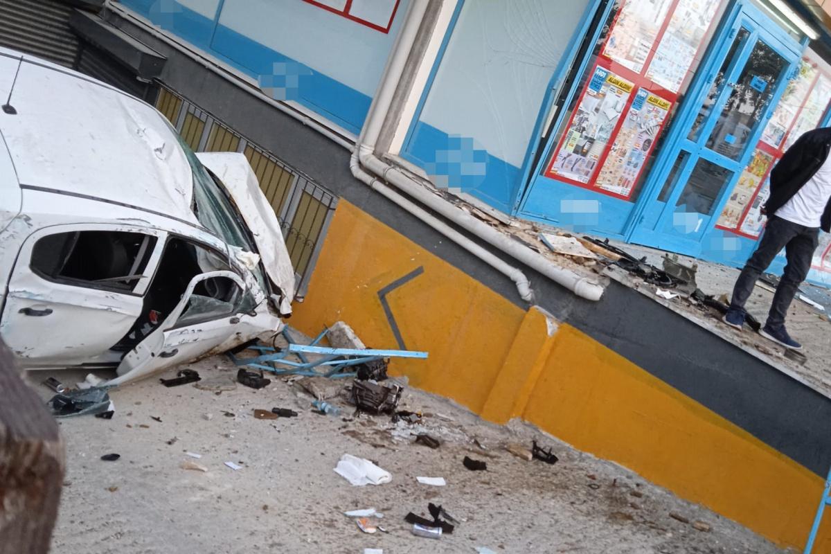 """Beylikdüzü'nde otomobil markete daldı, vatandaşlar """"deprem oluyor"""" sandı"""