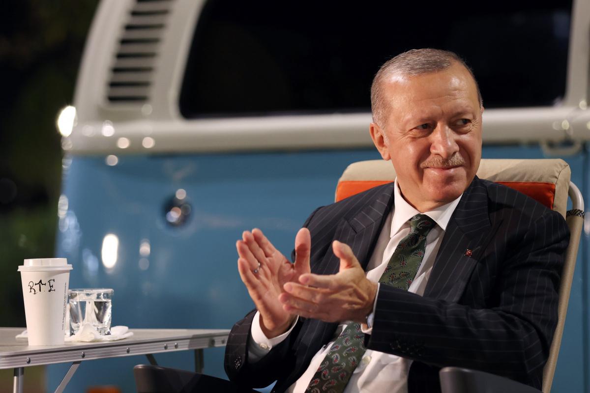 Cumhurbaşkanı Erdoğan, Mersin'de gençlere şarkı söyledi